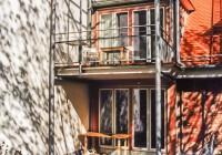 Endter Architektur nach energetischer Sanierung: Altstadthaus, Gartenansicht mit Stahlskelettbalkonen