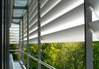 Endter Architektur nach energetischem Sanieren: Bürogebäude aus den 1960er-Jahren, Reinigungsbalkon