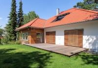 Endter Architektur nach energetischer Sanierung: alte Villa, Klappläden mit Lamellenstruktur