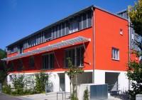 Endter Architektur im Wohnungs- und Hausbau: Mehrfamilienhaus, Straßenfassade mit Tiefgarageneinfahrt